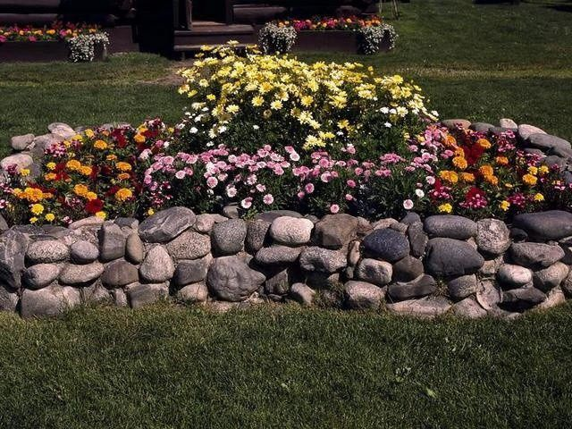 Клумба из камня возле дома своими руками фото