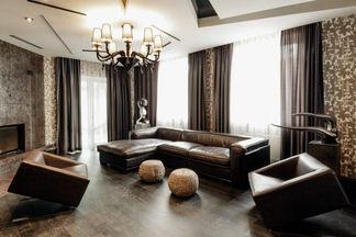 В гостях: «ломаные» потолки, рельефные стены и неожиданные эффекты в трехэтажном доме в Тарасово