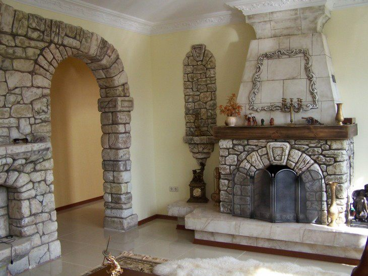 интерьер зала с камином