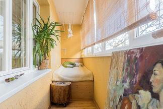 Квартира молодых художников со спальней на балконе