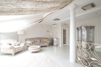 Белая двухуровневая квартира в неоклассическом стиле по улице Стариновской в Минске
