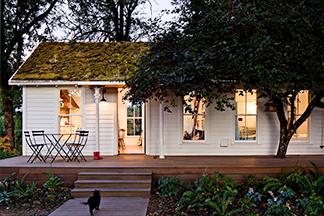 Отреставрированный дом в США с «живой» крышей