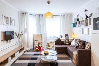 Небольшая гостиная с детским уголком: диван «Пинскдрев», круглый столик и лаконичный торшер