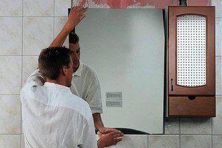 Как повесить зеркало в ванной?