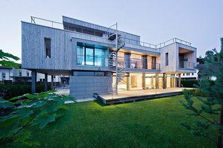 Двухэтажный дом Кирилла Скорынина в стиле скандинавского модернизма: витражи вместо стен и  комнаты, меняющие цвет