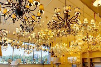 Люстры, бра и торшеры: на проспекте Независимости открылся большой салон светильников