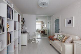 Светлая квартира по улице Бельского с кабинетом-мастерской и яркими деталями