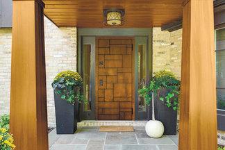 Новинка: входные двери с отделкой из натурального дерева